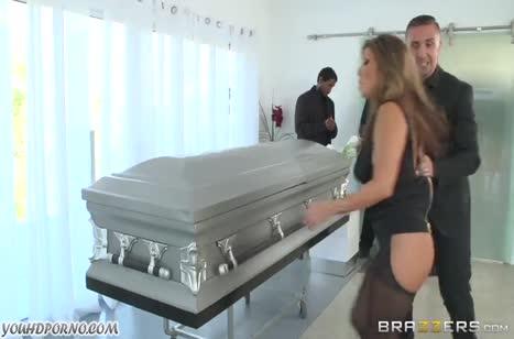 Бесстыдная Akira Lane трахается прямо на похоронах