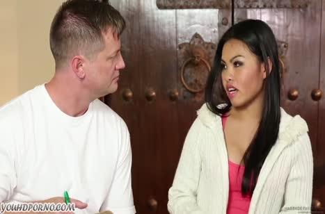 Азиаточка не отказалась потрахаться с массажистом