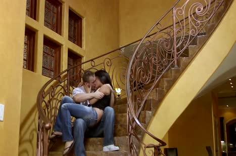 Шлюшка Энни Круз жестко шпилится с мужиком на ступеньках