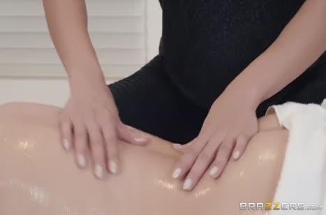 Шлюшковатые лесбиянки променяли массаж на жесткий секс