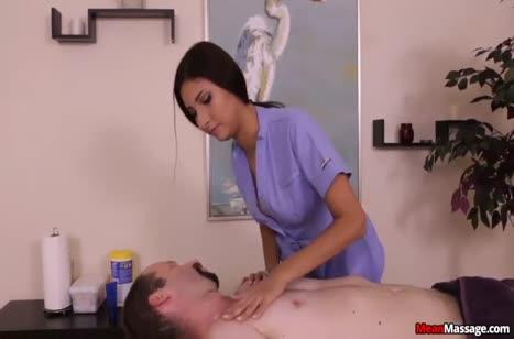Симпатичная докторша играется с привязанным пациентом