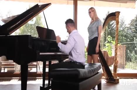 Возбужденный пианист прет блондинку членом и дилдо