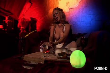 Alicia Rhodes с большими сиськами занялась развратом в баре