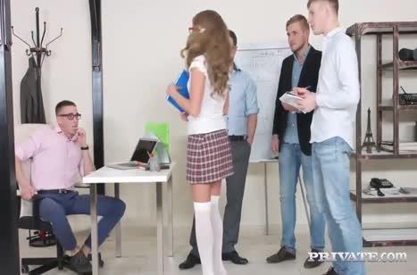 Доступная студентка Sofi Goldfinger готова попробовать секс с несколькими
