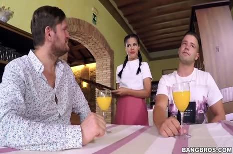 Официантка Apolonia Lapiedra согласилась на двойной секс