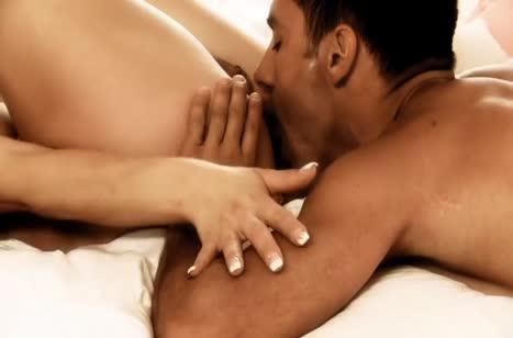 Мускулистый самец натягивает гламурную блондинку