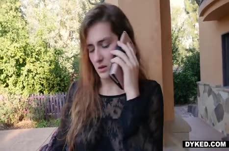Подруги лесбиянки устроили горячее порно на большом страпоне