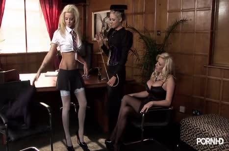 Девочки балуются указкой и устраивают групповые ласки