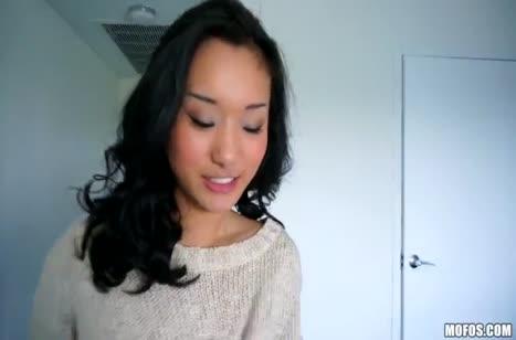 Аппетитная азиаточка Алина Ли заводит друга своей попкой