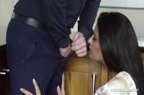 Возбужденная мамочка ублажает мужа после работы