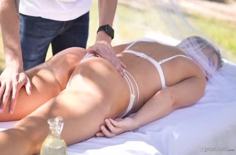 После массажа мужик красиво шпилит на природе Bailey Brooke