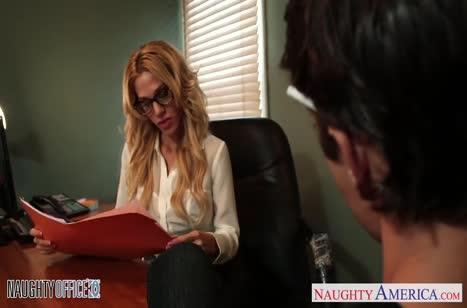 Sarah Jessie проверяет секс пригодность нового сотрудника