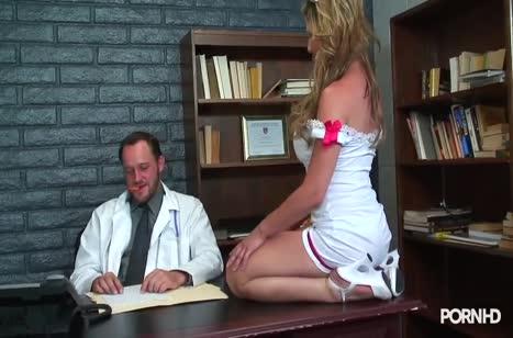 Медсестра в секс наряде не осталась без внимание врача