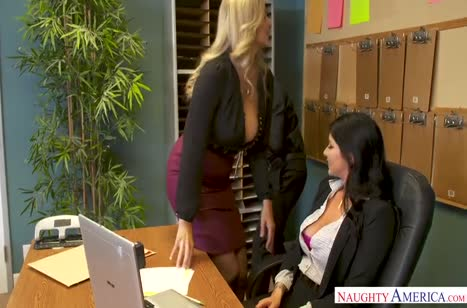 Две опытные дамочки завалили коллегу на работе
