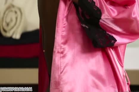 Симпатичная негритянка удивила гостя роскошным телом
