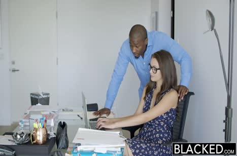 Красотка Элли Хейз принимает в задницу черный хер самца