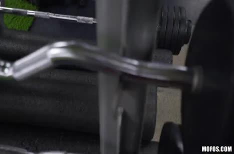 Чувак склеил спортсменку в лосинах прямо на тренировке