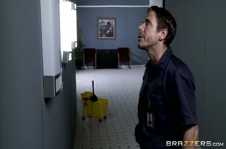 Пета Дженсен трахается с уборщиком в зомби апокалипсис