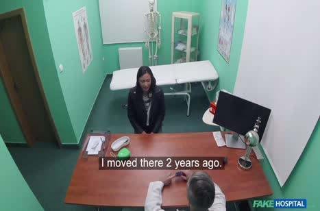 Пошлый врач мощно приходует пациентку на кушетке