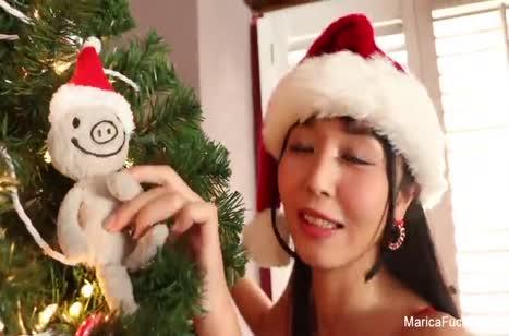 Азиаточка в новогоднем наряде испытывает вибратор