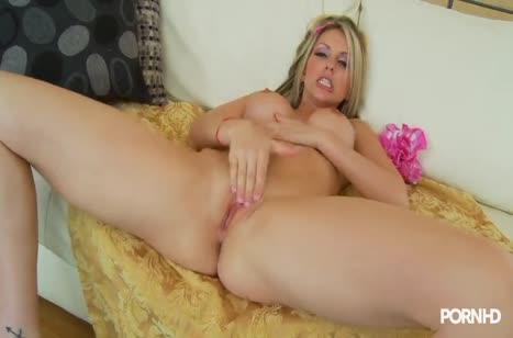 Блондинка с большой грудью стонет от глубокого секса