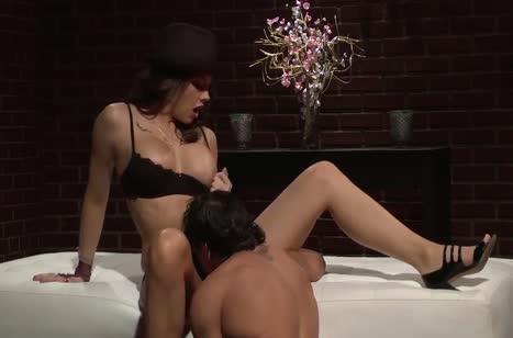 Chanel Preston широко раздвигает ноги перед большим члене