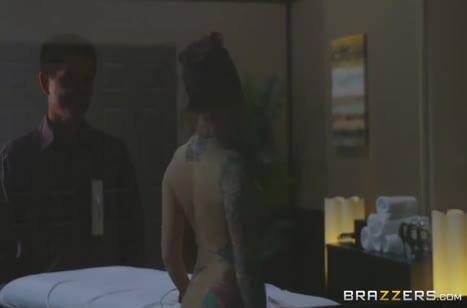 Горячая мамочка впустила гостя в свою спальню