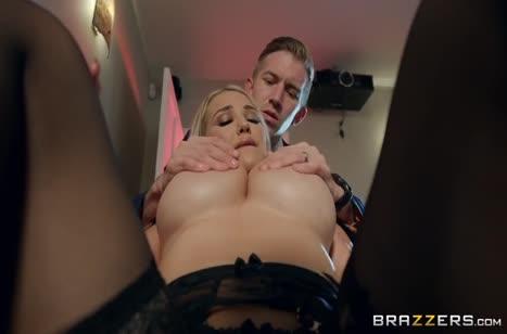 Сексуальная красотка Amber Jade эротично стонет от члена