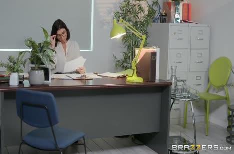 Айви Лебелль подставила большую задницу начальницу