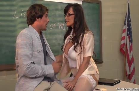 Пышногрудая училка Lisa Ann пристает к студенту