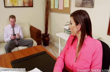 Сара Джей стянула с босса штаны и устроила смачный секс