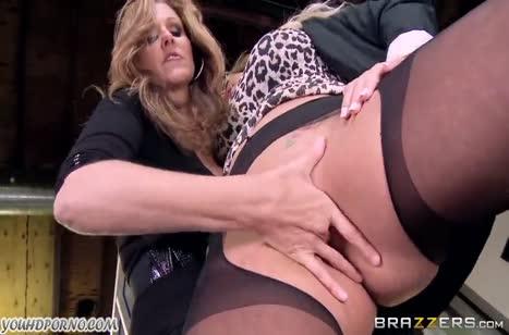Две зрелые блондинки занялись сексом на работе
